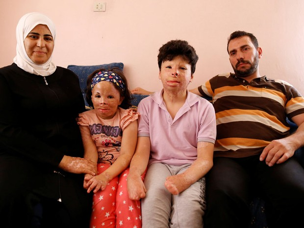 Muhammed Mazin Mekansi com sua mulher, Mutia El Haffar, sua filha Limar e seu filho Gheis em Ancara  (Foto: Tumay Berkin/Reuters)