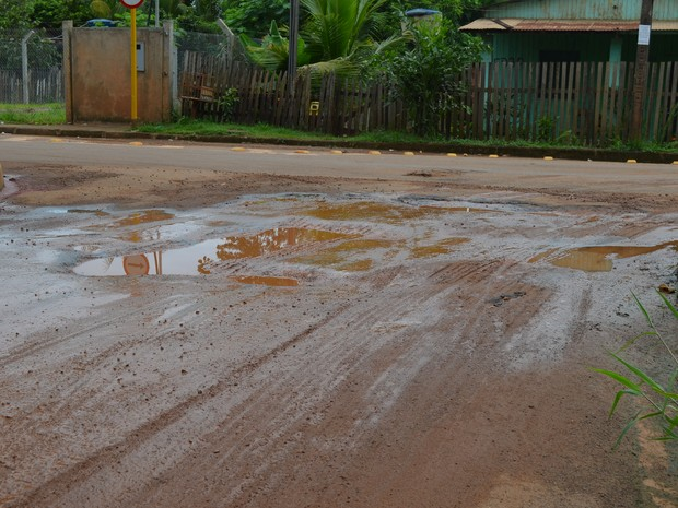 Buracos na Travessa 2 do bairro placas acumulam água e geram transtornos (Foto: Amanda Borges/G1)