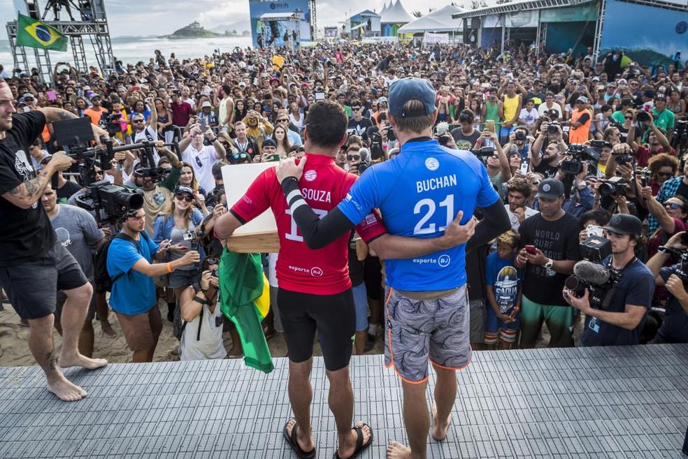 Adriano de Souza e Adrian Buchan posam no pódio de Saquarema (Foto: Damien Poullenot/WSL)