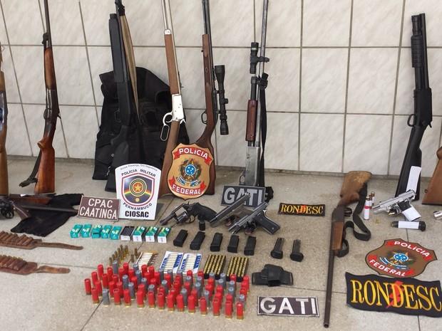 Armas apreendidas pelo grupo (Foto: Jadir Souza/TV Grande Rio)