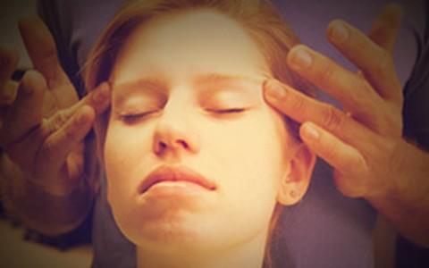 Veja o passo a passo de massagem para ativar a circulação do rosto