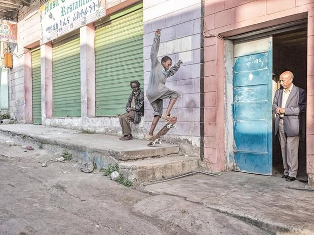 Antes da pista, s dava pra andar de skate mesmo nas ruas de Adis Adeba (Foto: Daniel Reiter)