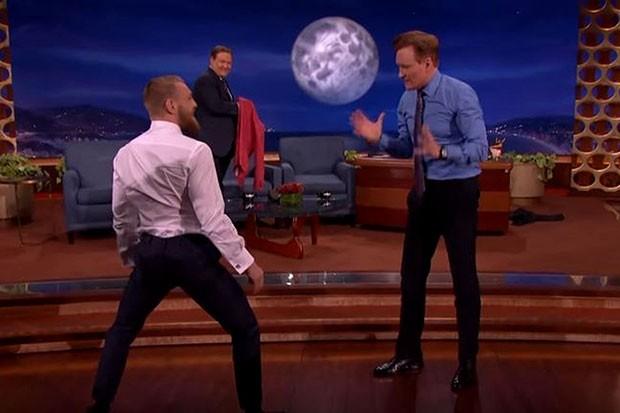 Conor McGregor e Conan O'Brien no 'Late Night' (Foto: Reprodução/Youtube)