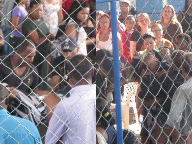 Familiares, como a mãe de Glauber, desmaiaram durante o velório (Foto: Renata Soares/G1)