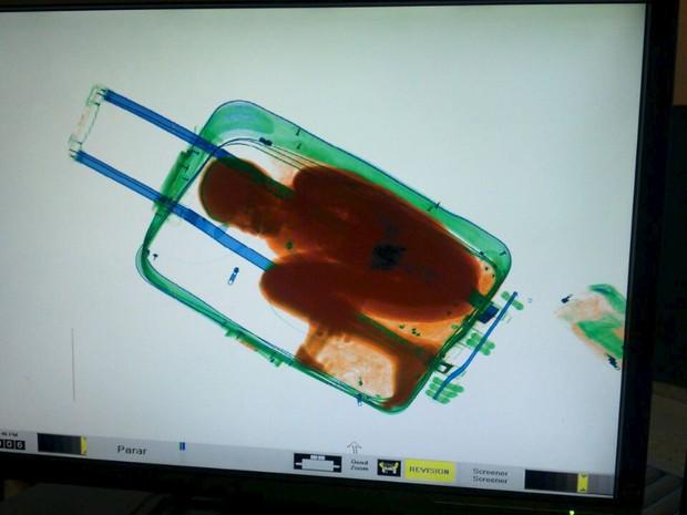Imagem de raio X mostra como a criança ficava na mala (Foto: Ministério do Interior/Reuters)