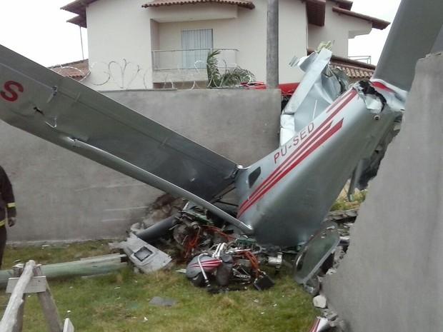 Avião caiu em quintal de casa (Foto: Serly Santos/ TV Gazeta)