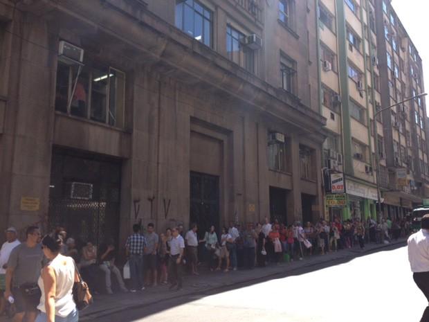 Farmácia do Estado, no Centro, teve fila para retirada de medicamentos (Foto: Marcos Pacheco/RBS TV)