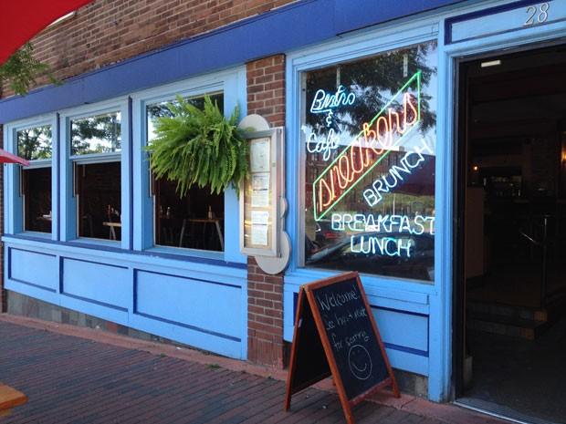 Restaurante retirou anúncio de bacon depois que mulher disse que a placa era ofensiva e foi alvo de críticas de outros clientes (Foto: April Burbank//The Burlington Free Press/AP)