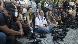 Jornalistas no Rio fazem homenagem a cinegrafista morto em protesto (Foto: AP)