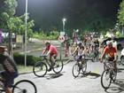 Ciclistas realizam ato em prol de vítimas de incêndio em Manaus