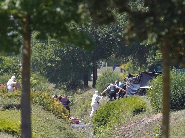 Investigadores e policiais trabalham em uma usina de gás onde pelo menos duas pessoas ficaram feridas após um atentado em Saint-Quentin-Fallavier, na França. A cabeça de um homem decapitado, com inscrições em árabe, foi encontrada próxima ao local (Foto: Emmanuel Foudrot/Reuters)