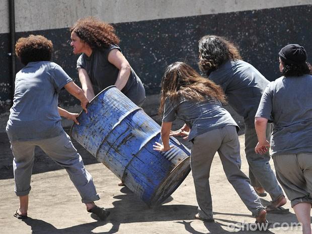 Ela aparece carregando um galão junto com outras detentas (Foto: Reinaldo Marques / TV Globo)