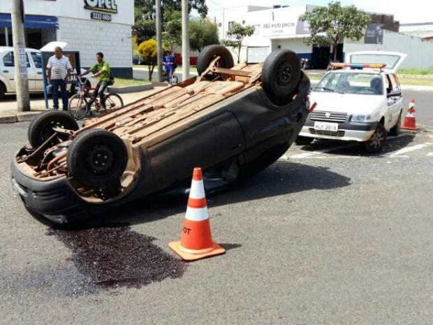 Carro capotou quando fazia rotatória em Uberlândia (Foto: G1)