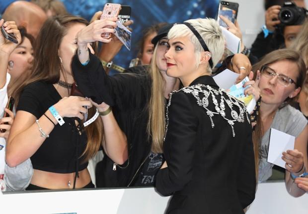Cara Delevingne posa com fãs (Foto: Getty Images)