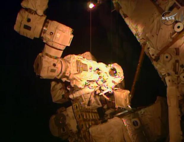 Astronauta Terry Virts é visto em caminhada espacial fora da Estação Espacial Internacional nesta quarta-feira (Foto: Reuters/Nasa)