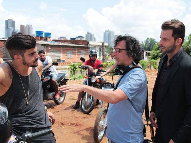 O diretor geral, Carlos Araújo, dirige Henri e Caio Castro, que farão 'negócios' na trama (Foto: Marcos Mazini/Gshow)