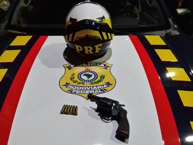 Arma apreendida durante uma abordagem (Foto: Divulgação/PRF)