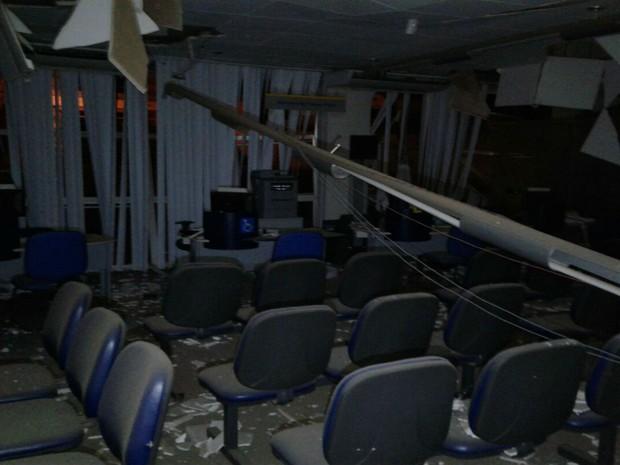 Parte da agência ficou destruída após o crime (Foto: Informe Baiano)