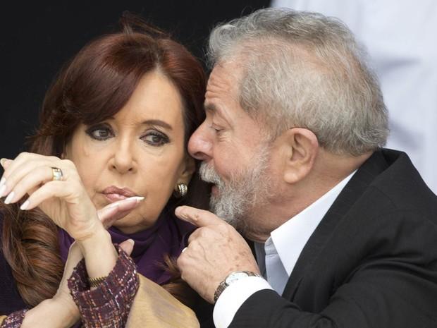 O ex-presidente brasileiro Luiz Inácio Lula da Silva conversa com a presidente da Argentina, Cristina Kirchner, durante a inauguração de um centro de saúde em periferia de Buenos Aires. Lula está passando vários dias em visita ao país (Foto: Natacha Pisarenko/AP)