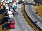 Caminhoneiros bloqueiam pistas da  Rodovia Fernão Dias no Sul de MG