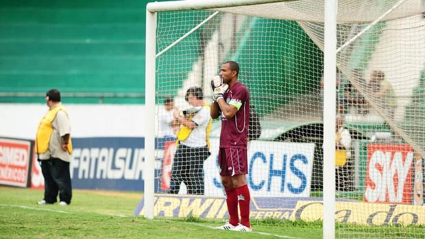 Emerson reza antes do início do segundo tempo (Foto: Marcos Ribolli/ Globoesporte.com)