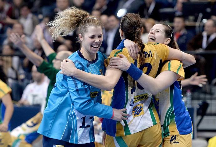 babi goleira comemoração Brasil handebol final Sérvia Mundial (Foto: EFE)