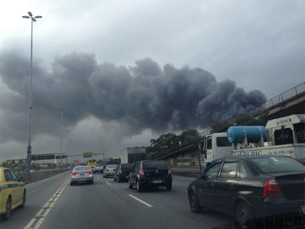 Incêncio atinge depósito de carros na Penha (Foto: Fernanda Rouvenat / G1)