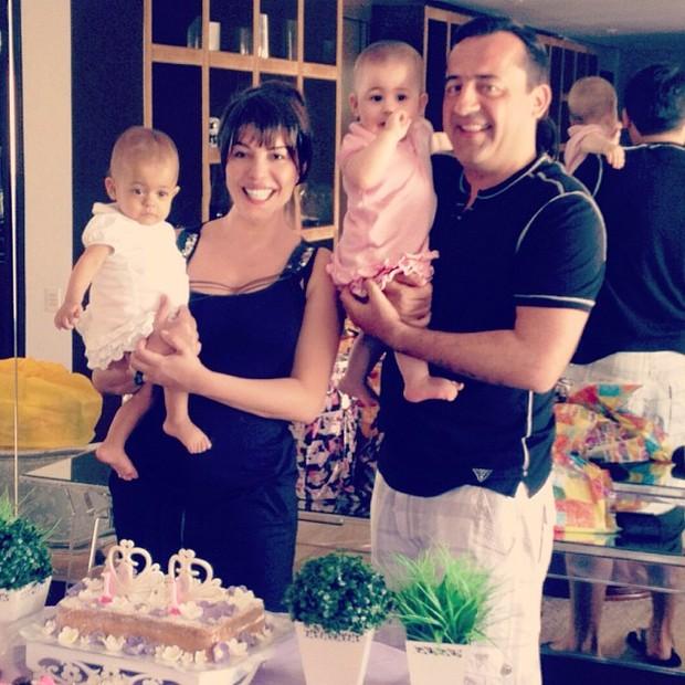 Márcia Goldschmidt com o marido, Nuno Rego e as filhas Yanne e Victoria (Foto: Instagram/Reprodução)