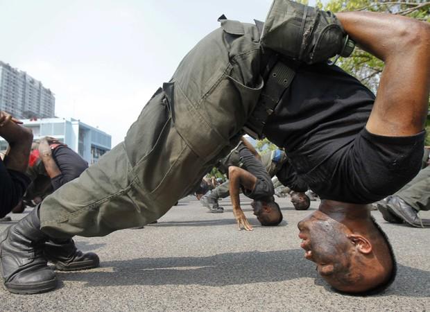 Um grupo de policiais da Tailândia participa nesta quarta-feira (26) de um treinamento para atuar em missões de combate ao terrorismo. (Foto: Chaiwat Subprasom/Reuters)