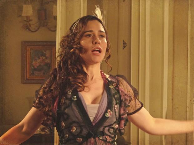 Catarina canta para mostrar ao seu ex-empresário que já se recuperou (Foto: Lado a Lado/TV Globo)