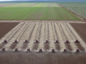 Colheita de soja é feita em Tangará da Serra, no Mato Grosso. O Brasil é o segundo maior produtor de soja no planeta, atrás apenas dos Estados Unidos. (Foto: Andre Penner/AP)