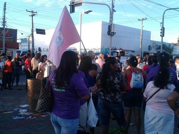 Segundo organização, 200 mulheres participaram do ato em Teresina (Foto: Juliana Gomes/G1)
