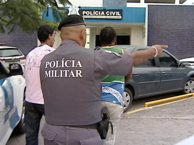 Suspeitos queriam levar a bolsa da lutadora, no Espírito Santo (Foto: Reprodução/TV Gazeta)