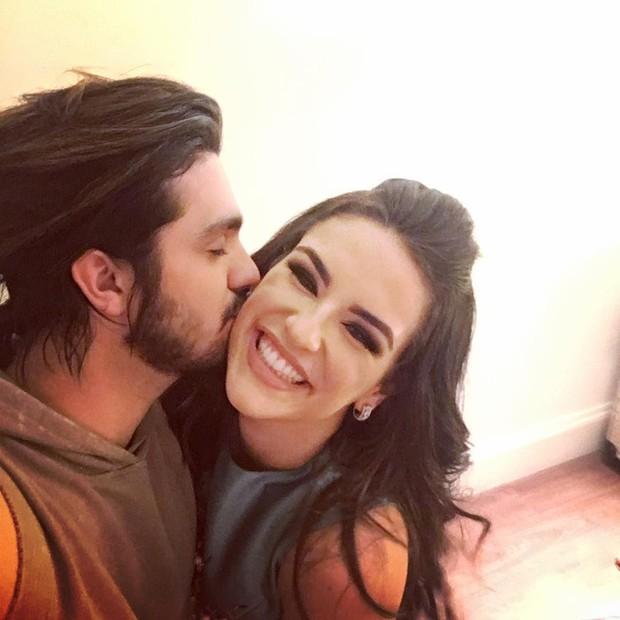 O post no Instagram mais curtido de Luan Santana em 2016 (237 mil curtidas) foi quando o cantor publicou uma foto em que ele aparece dando um beijo na blogueira Kéfera, no dia em que a conheceu (Foto: Reprodução/Instagram)