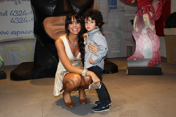 Esposa de Marcos Mion, Suzana Gullo, com o aniversariante Stefano (Foto: Manuela Scarpa/Foto Rio News)