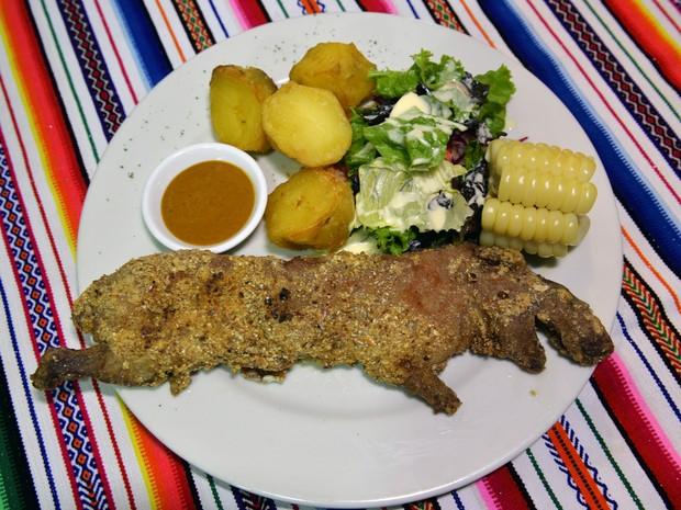 Porquinho-da-índia é tradicionalmente servido assado no Peru e outras regiões andinas (Foto: Cris Bouroncle/AFP)