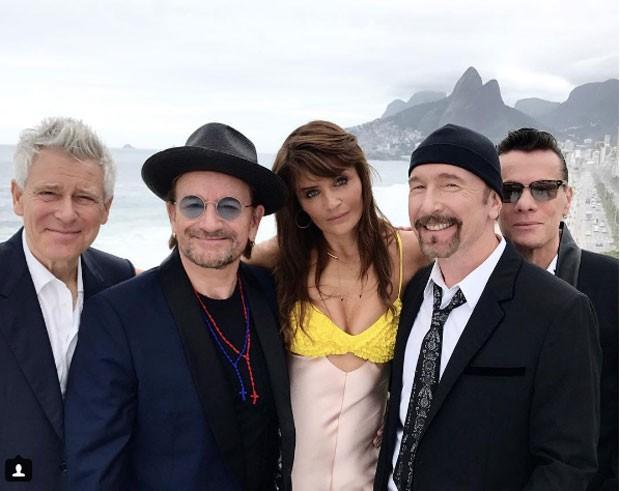 Helena entre Bono e The Edge, com os outros membros da banda (Foto: Reprodução Instagram)