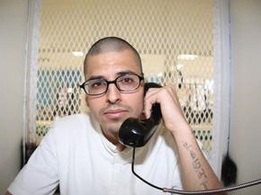 Daniel Lee Lopez, de 27 anos, é visto em uma cabine para visitas no corredor da morte da unidade Polunsky do Departamento de Justiça Criminal do Texas, em Livingston, no dia 5 de agosto (Foto: AP Photo/Michael Graczyk)