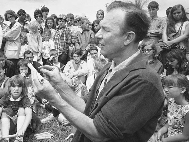 Pete Seeger em foto de julho de 1966 no Newport Folk Festival (Foto: AP Photo, File)