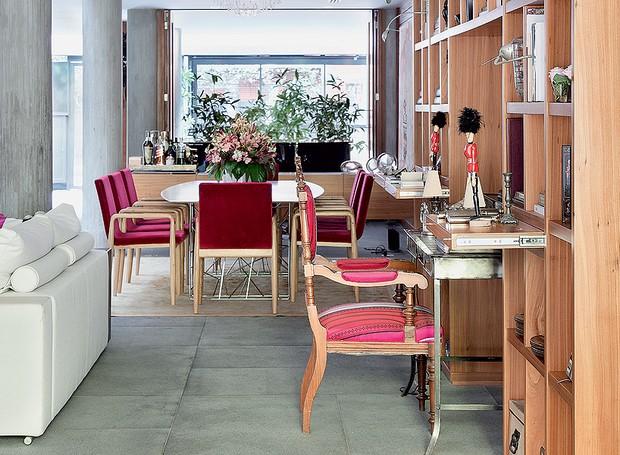 Acoplada à estante com nichos, a área de trabalho tem cadeira de família forrada com tecido da Designers Guild. Projeto de Silvia Cavalcanti e Flavia Torres (Foto: Denilson Machado/MCA Estúdio)