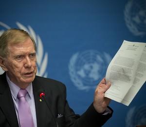 O australiano Michael Kirby, juiz aposentado e atual chefe da Comissão dos Direitos Humanos da ONU para a Coreia do Norte, exibe relatório que condena o regime norte-coreano (Foto: Anja Niedringhaus/AP)