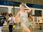 Ana Hickmann usa vestido curtinho em noite de samba