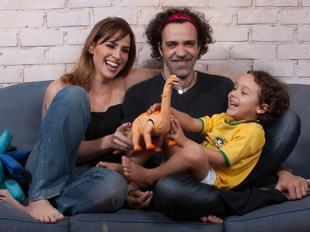 Larissa, Paulinho Moska e Valentim se divertem em casa (Foto: Rafael Iebra)
