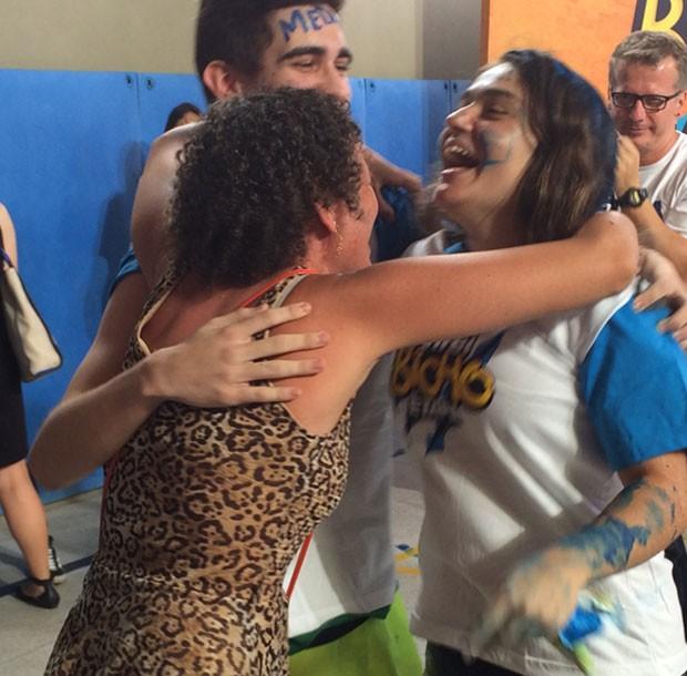 Patrícia, mãe de Raony, havia operado o joelho - então comemorou saltitando em um pé só.  (Foto: Luiza Tenente/G1)