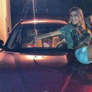 Bia Feres em foto com o seu carro que foi roubado (Foto: Reprodução/Instagram)