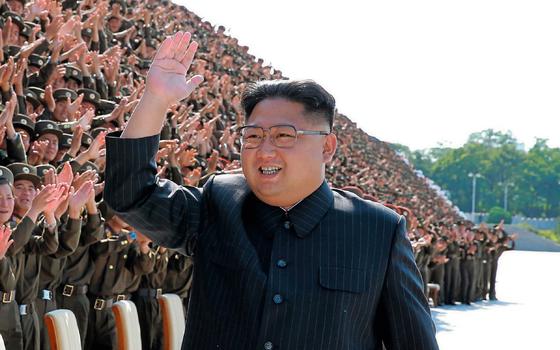 Kim Jong-un acena para soldados. (Foto:  AFP)