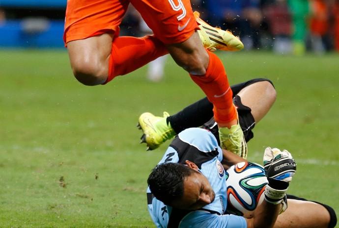 Navas, da Costa Rica, faz defesa no jogo contra a Holanda