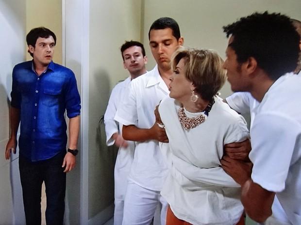 Caíque aparece no hospício e dá o troco na vidente (Foto: TV Globo)
