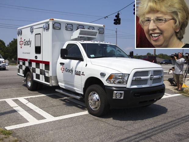 Americana Nancy Writebol é levada de ambulância para hospital de Atlanta (Foto: Todd Kirkland/AP)