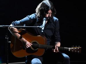 Dave Grohl canta 'Blackbird', dos Beatles, no Oscar, em homenagem a artistas falecidos